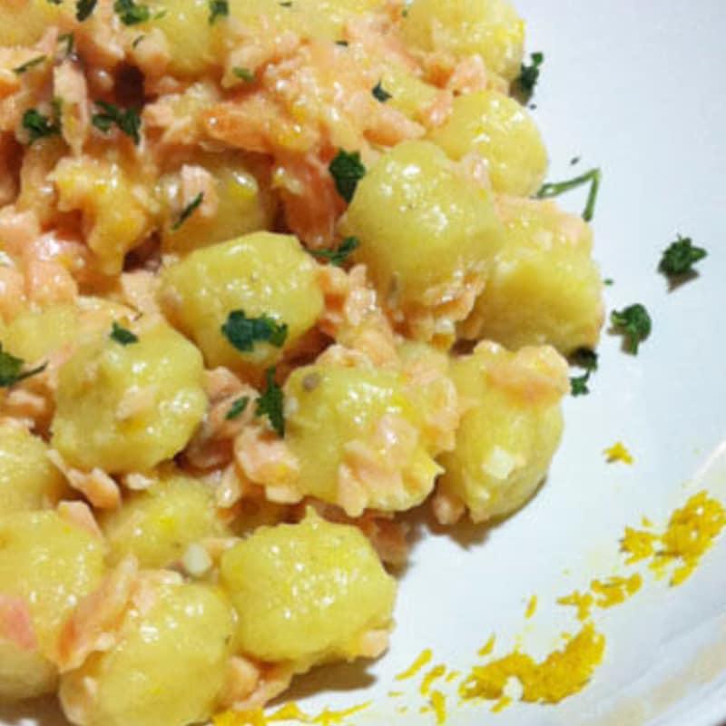 Gnocchi con salmón y patatas cítricos