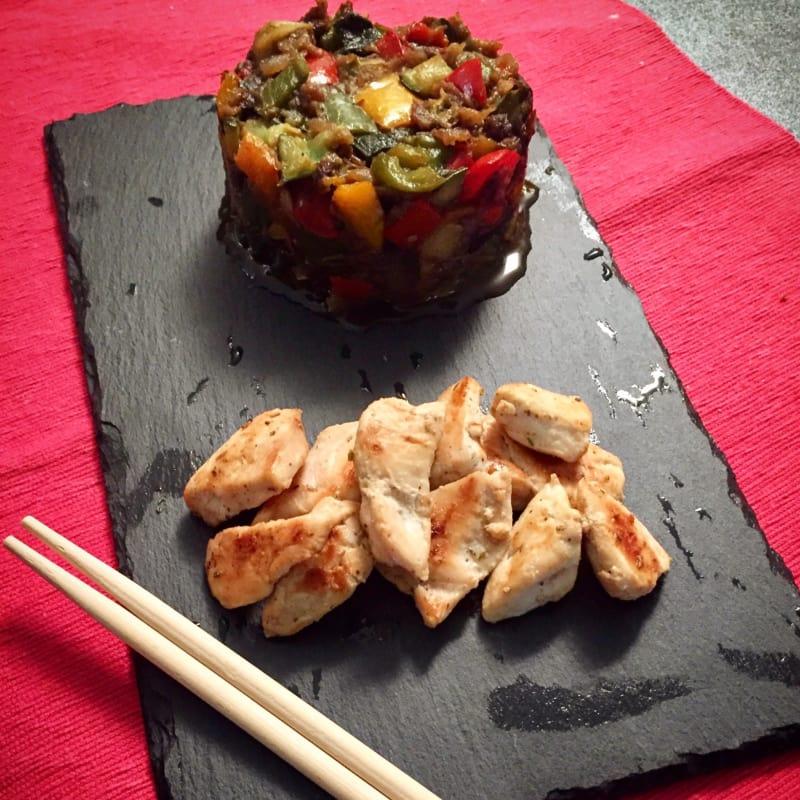 cubos de pollo con pisto de verduras