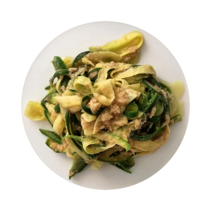 Tagliatelle di zucchine con tonno e alici
