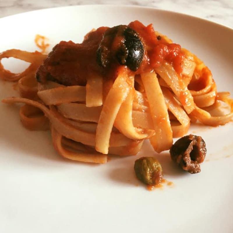 Fettuccine integrali al kamut senza uova pomodoro e olive nere toste