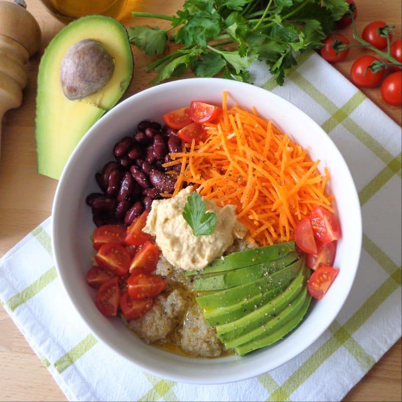 Ensalada de vegetales, quinoa y aceite aromático