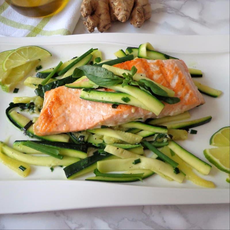 Salmone con zucchine marinate