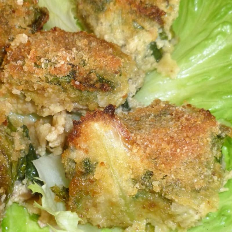 Lettuce rolls with mozzarella stuffed meatballs