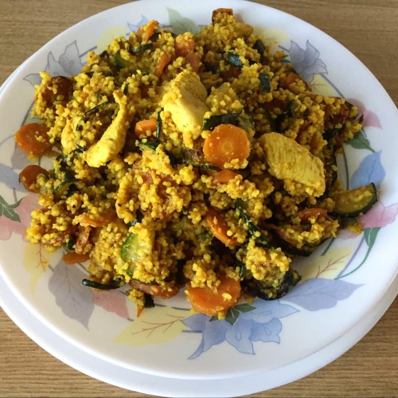 cuscús con zanahorias, calabacines y pollo con la cúrcuma y el curry