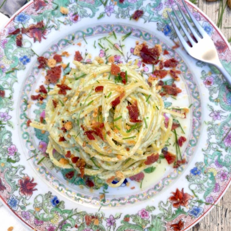 Multigrano espaguetis con cebollino, jamón y amaretti
