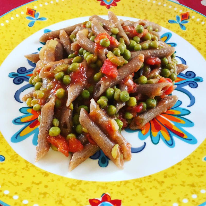 Pasta con salsa cremosa y guisantes