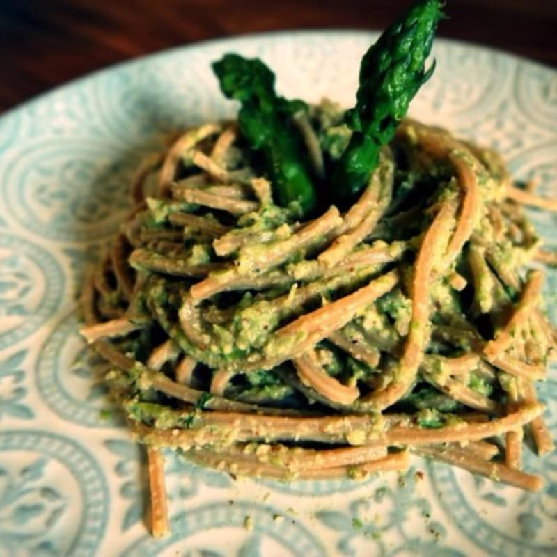 Spaghetti with asparagus cream and vegan almonds