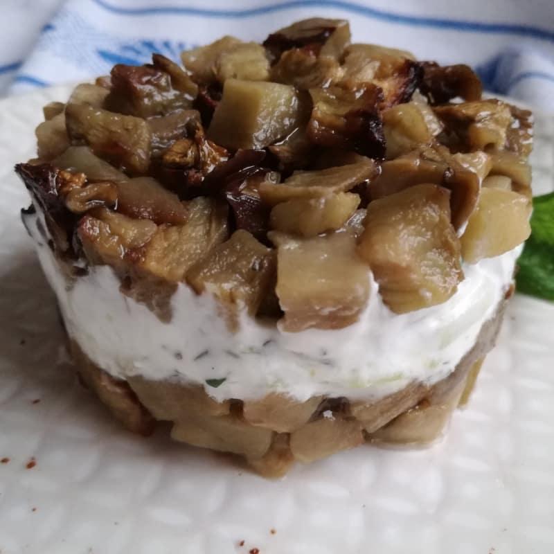 ensalada de berenjenas con yogur griego con menta