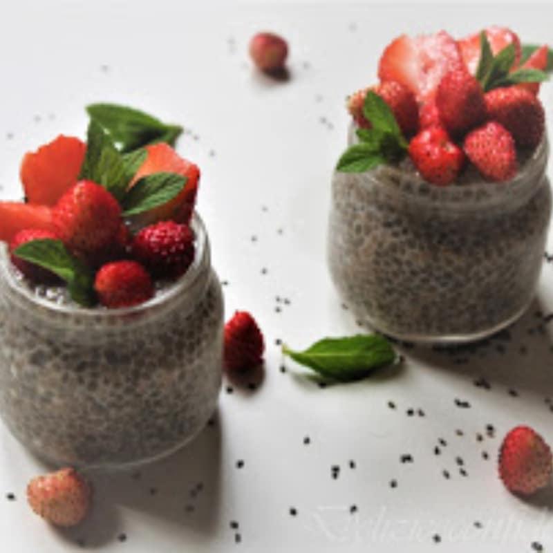 Pudín de semillas de chía con fresas y fresas silvestres
