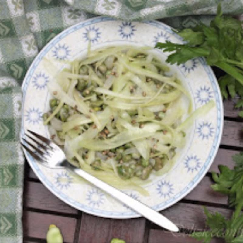 Tagliatelle di sedano con fave, cipollotti e semi di canapa