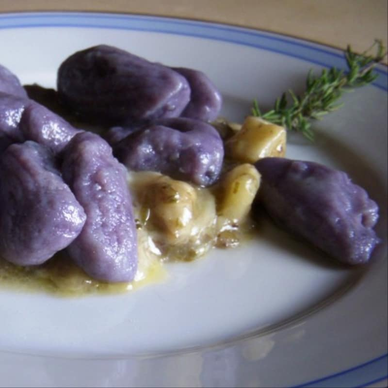 Crema di formaggio condimento per gnocchi di patate viola