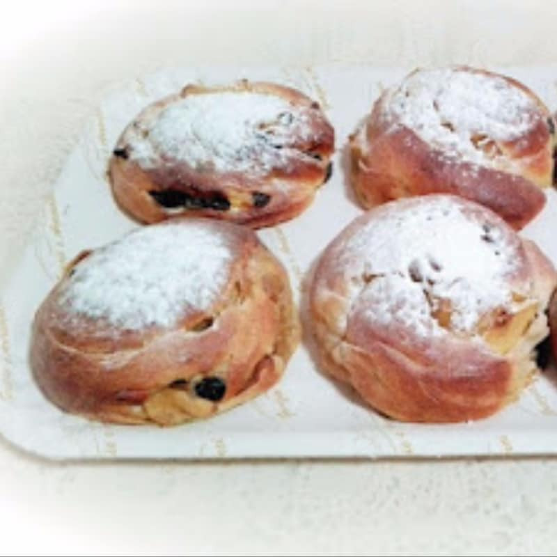 Brioche spirits filled with apples, raisins and pine nuts