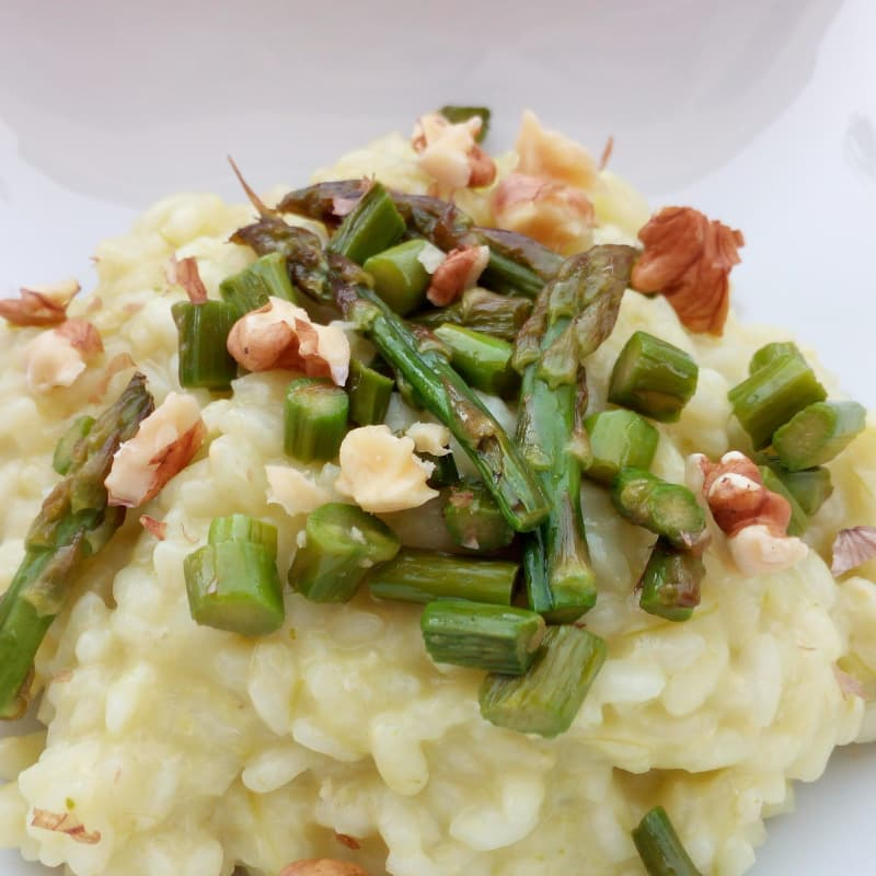Risotto de espárragos con queso y frutos secos