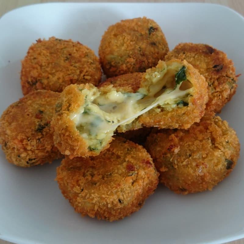 Croquetas de papa y espinaca rellena de queso vegano