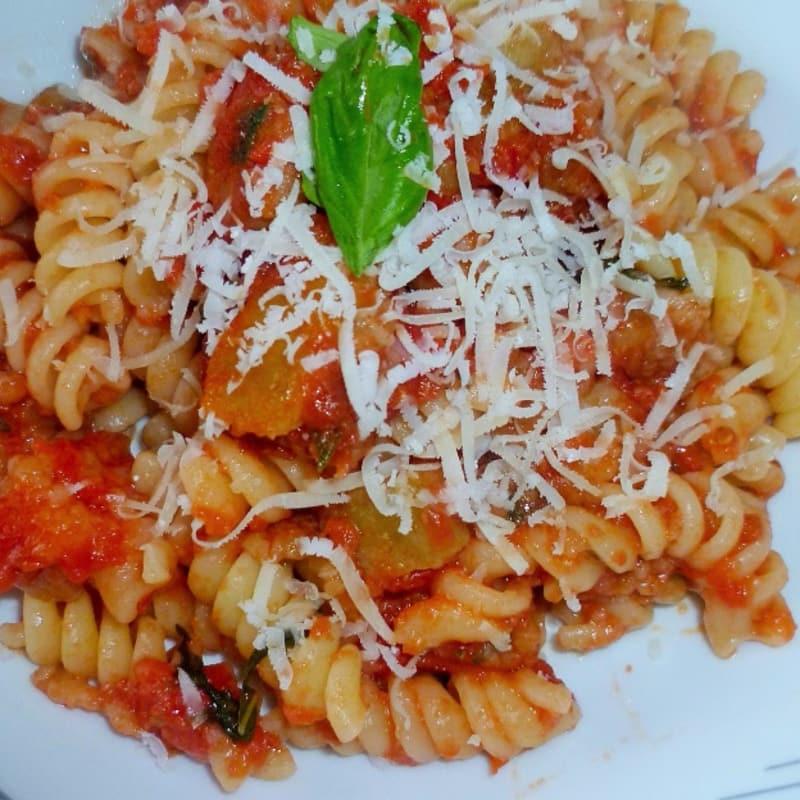 Pasta con salsa de tomate con la berenjena