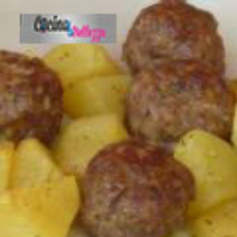 LEER albóndigas con patatas cocidas al horno, crujiente y sabroso