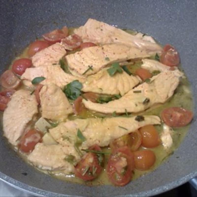 Salmón con tomate en la sartén ...