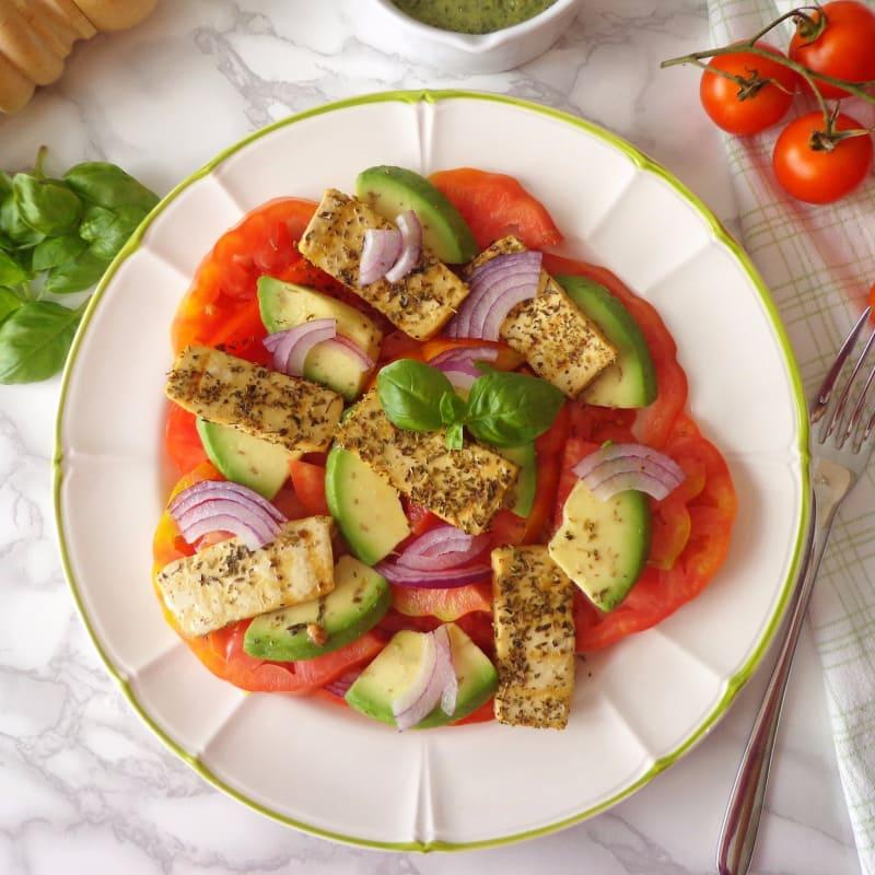 ensalada de tomate, aguacate y tofu a la plancha