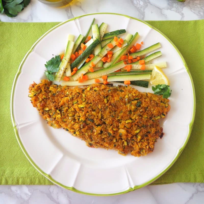 Filetes de salmón gratinado de la trucha con el calabacín y zanahorias