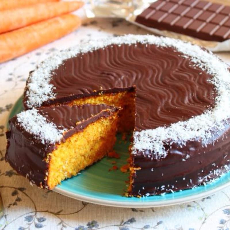 Torta alle carote, cocco e mandorle, glassata al cioccolato fondente