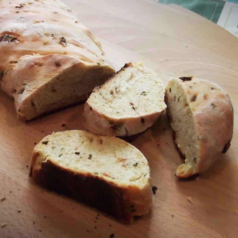 Pane rustico con pomodori e basilico