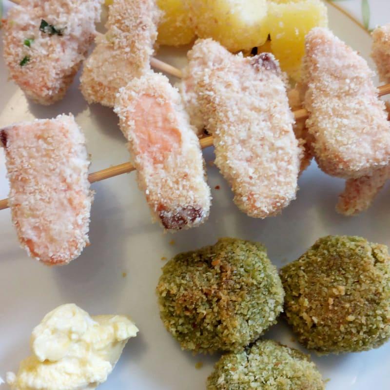 Brochetas de salmón albóndigas con cuscús y el brócoli