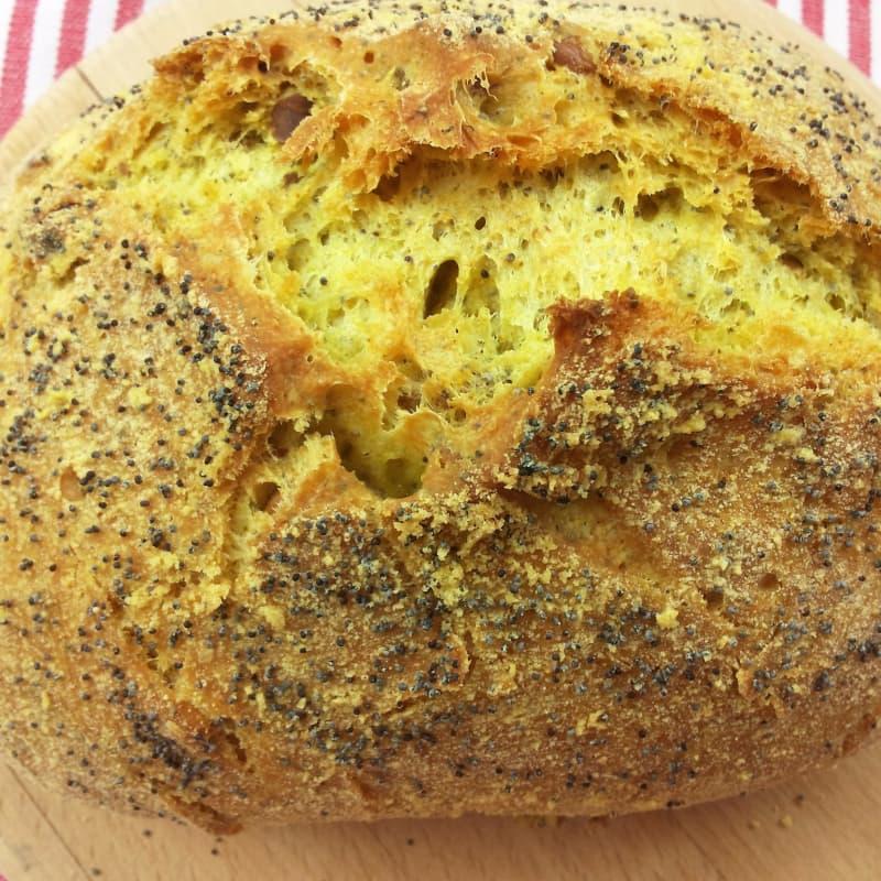 Amarillo pan sin gluten con la cúrcuma, nueces y semillas de amapola