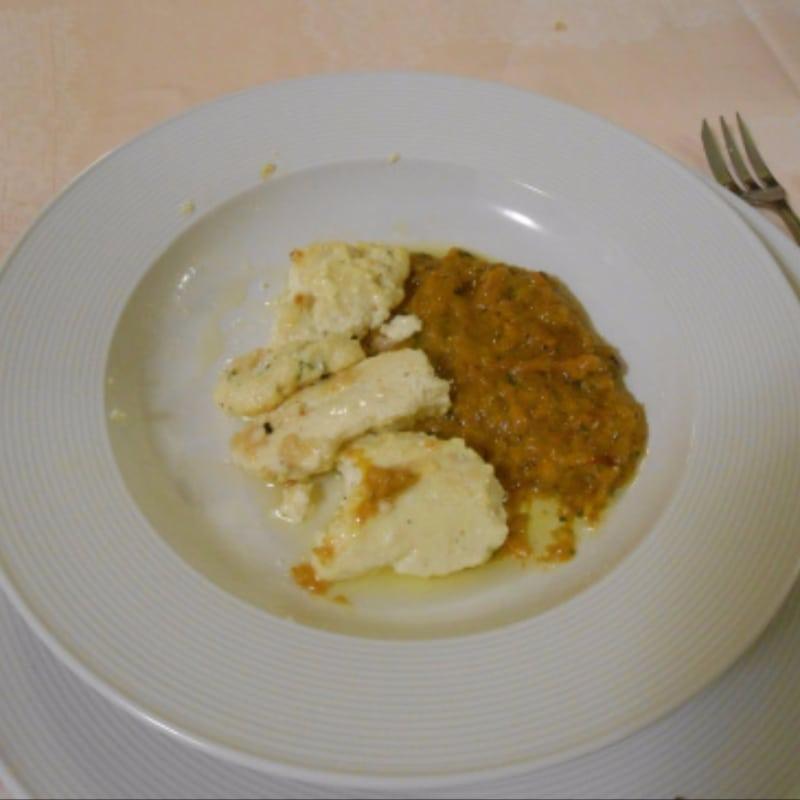 Quenelles con bottarga e salsa di peperoni