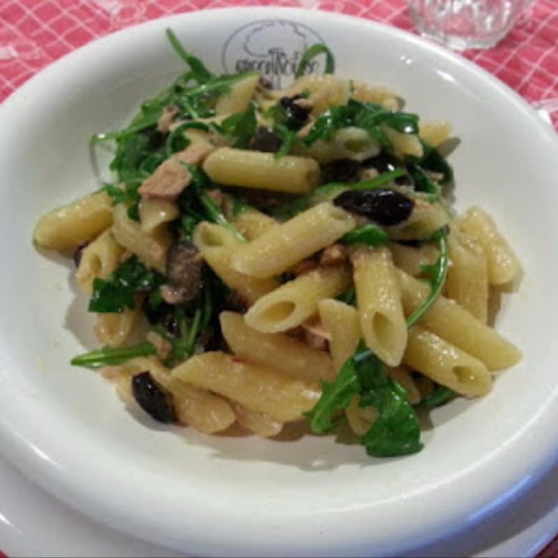 Penne tonno olive e rucola