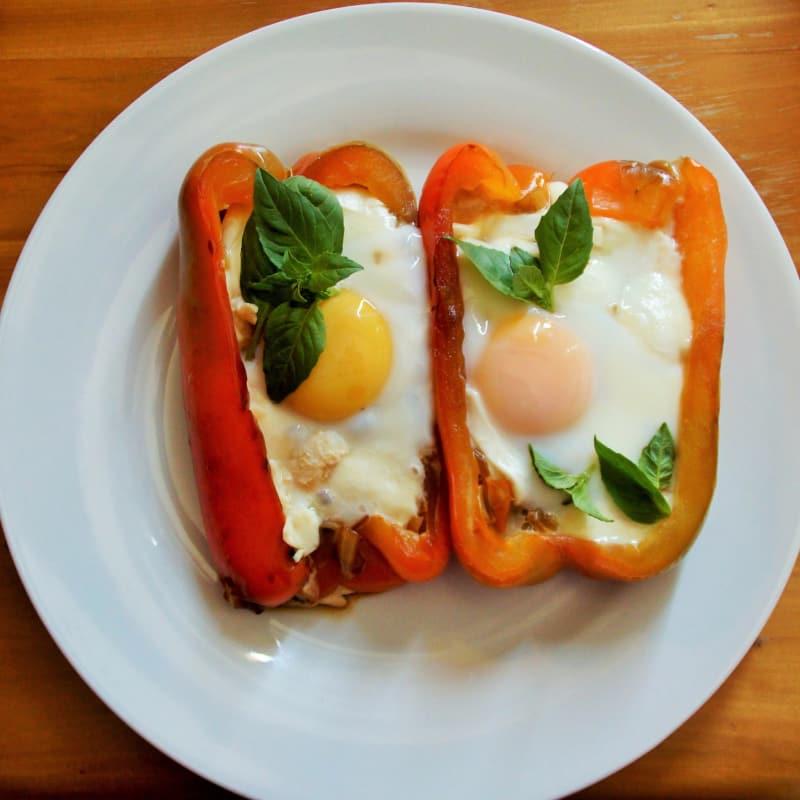 Pimientos rellenos con huevos escalfados
