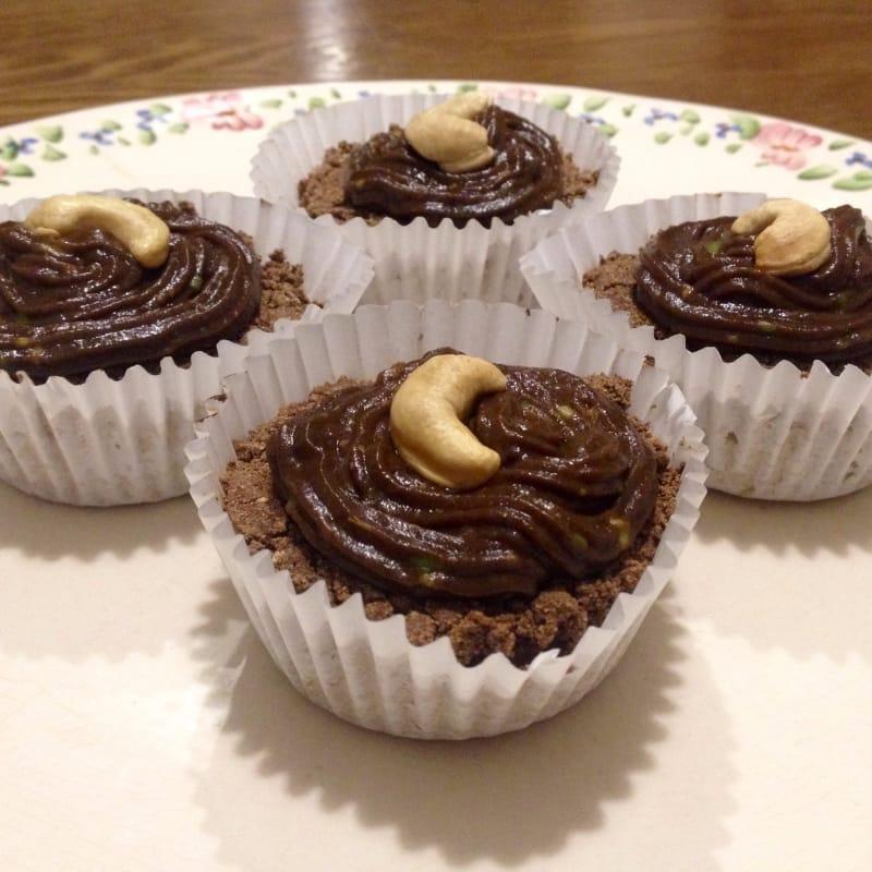 Cupcakes de cacao rellenos de mantequilla de maní con topping de palta