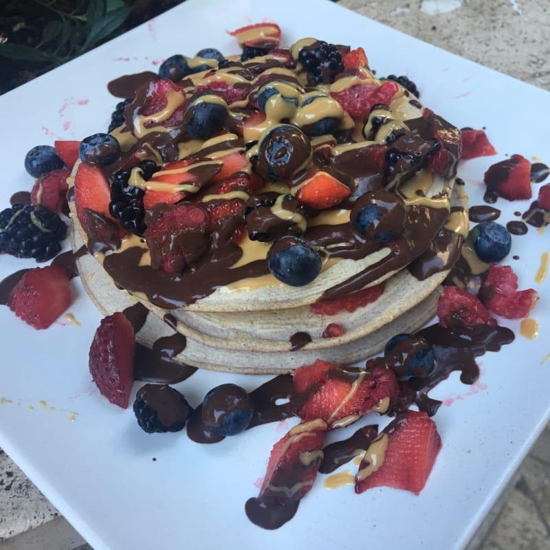Pancake fragole, frutti di bosco crema cacao e crema d'arachidi