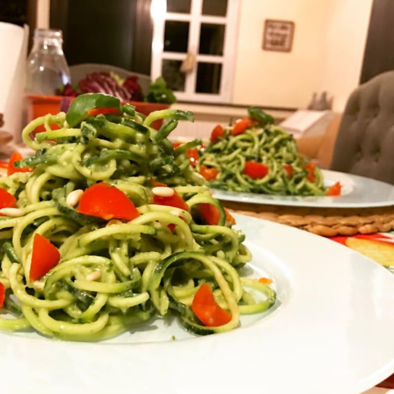 Espaguetis con pesto veganos partidarios de los alimentos crudos
