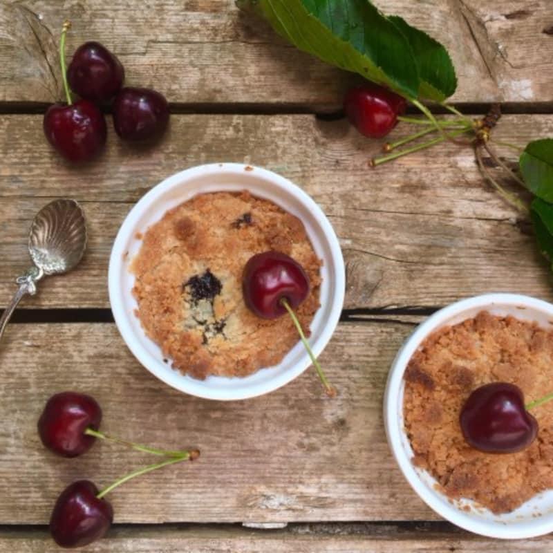 Crumble di ciliegie, cocco e vaniglia