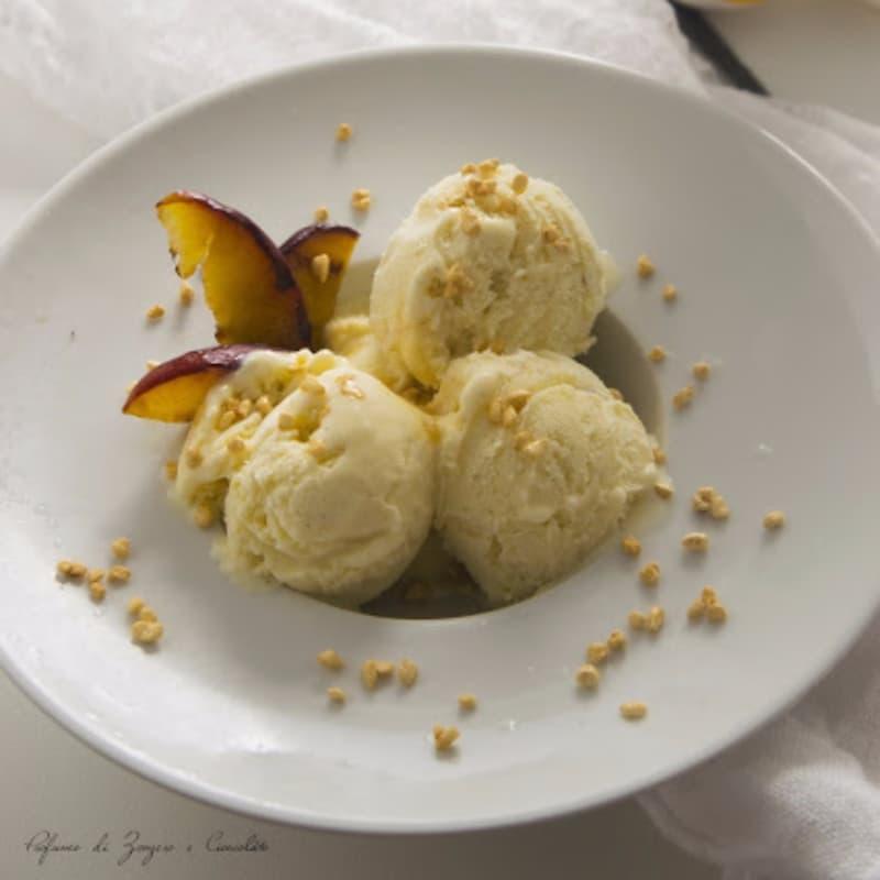 Helado de vainilla con coulis de melocotón y almendras caramelizadas