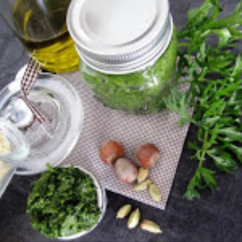 Pesto de hojas de zanahoria y nueces con el aroma del cardamomo
