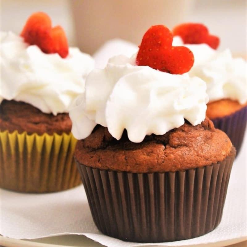 Mollete con la crema batida y fresas frescas