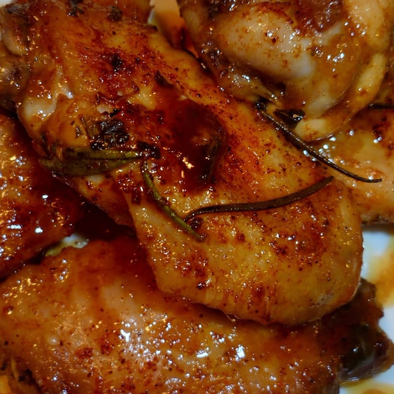 Ali di pollo marinate in salse e alla birra al forno