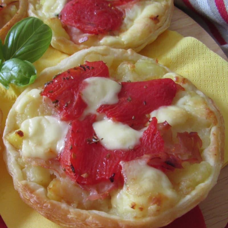 Pasteles de pasta con patatas y tomates cherry