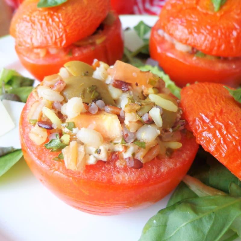 Pomodori ripieni di cereali, feta e olive