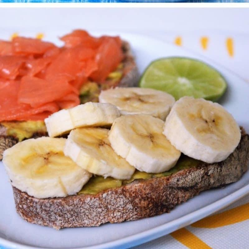 pasteles para el desayuno con tostadas de plátano y aguacate