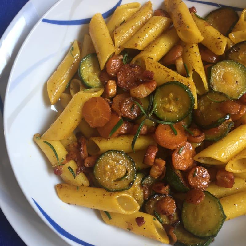 Penne calabacines, zanahorias y tocino de pimienta y azafrán