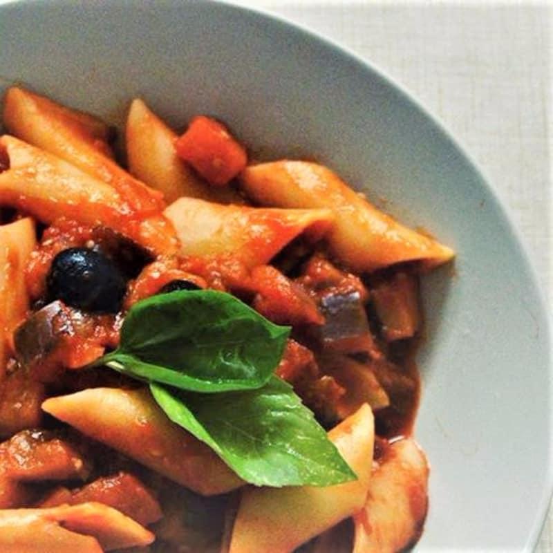 salsa de tomate, berenjena y aceitunas negras