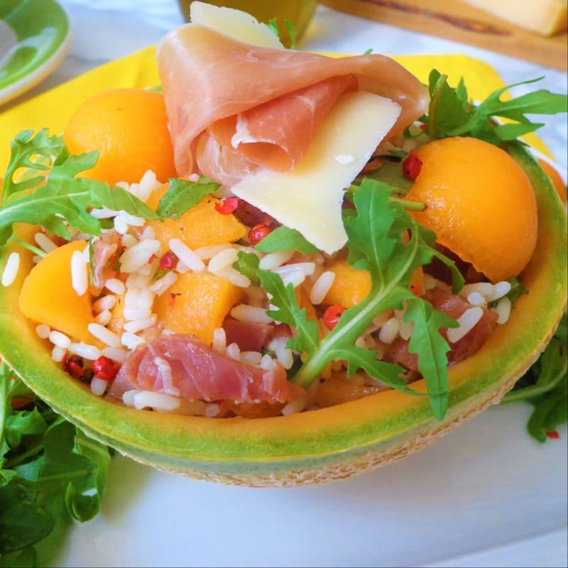 Ensalada de arroz, melón, jamón y rúcula
