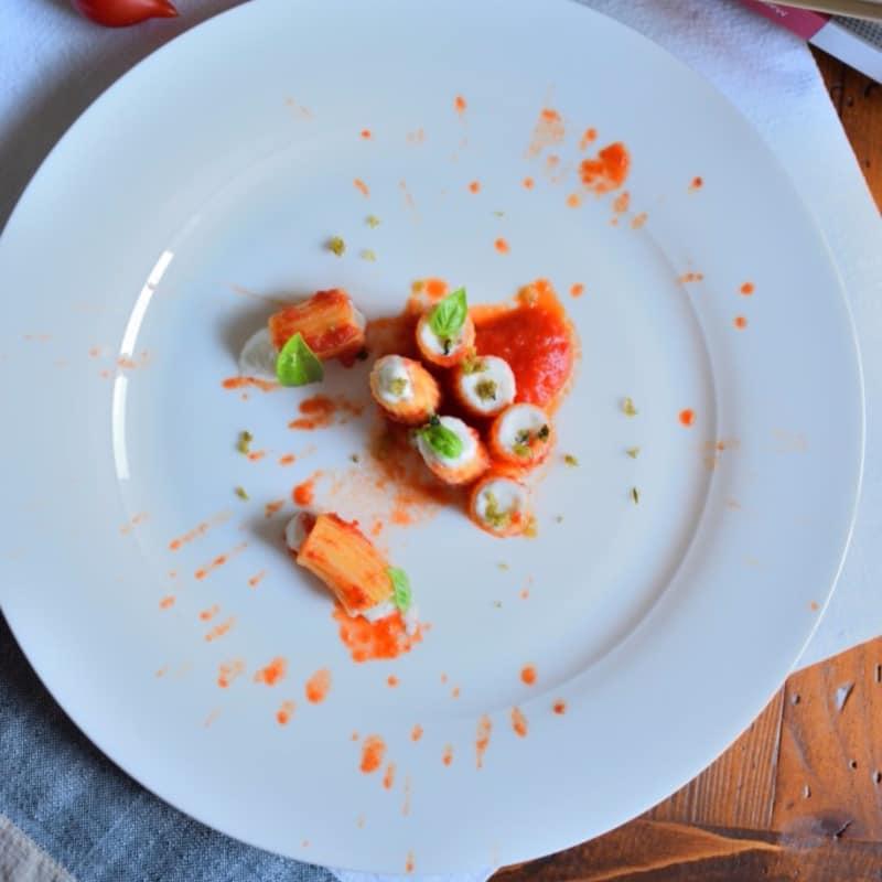 Mezze maniche, pomodoro e stracciatella con parmigiano dei poveri
