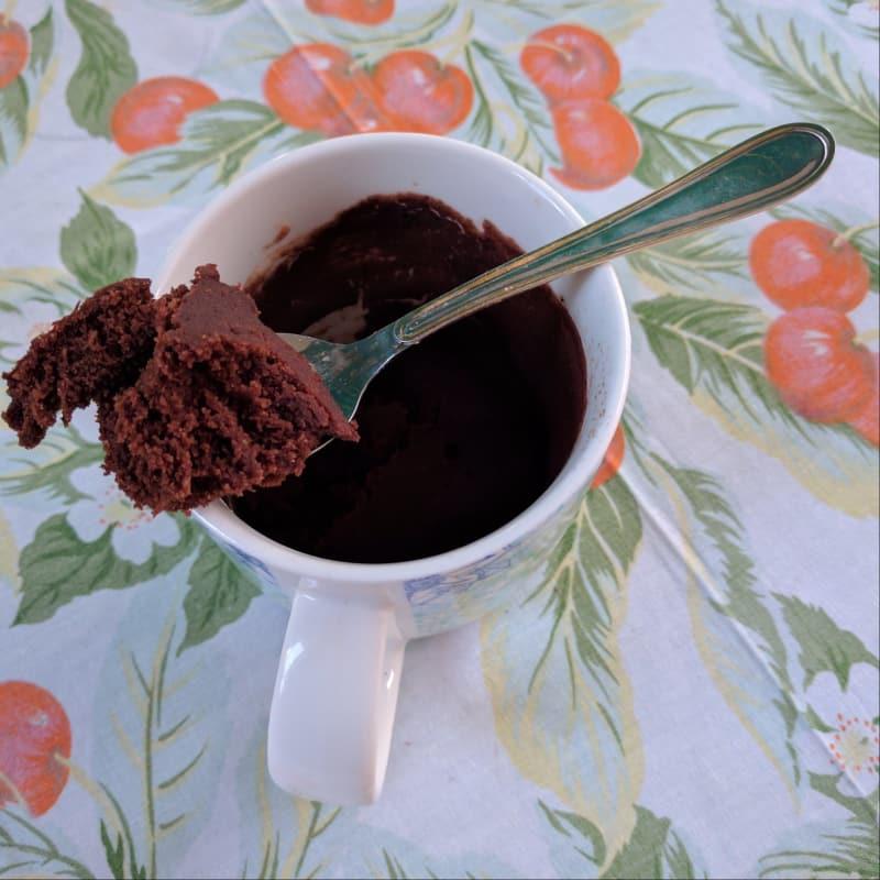 Taza de torta de chocolate comer limpio