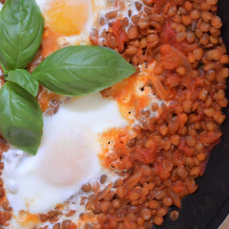 Lentejas con tomates y huevos fritos