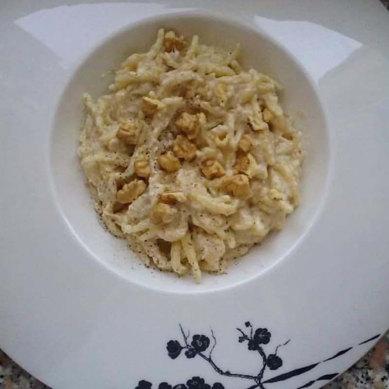 Trofie con pesto con nueces y cebolletas