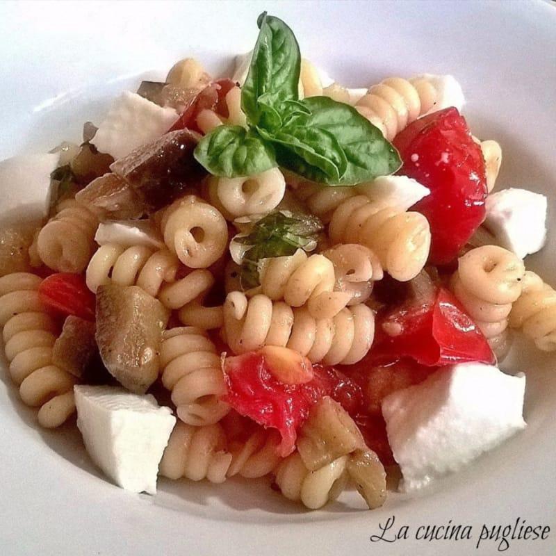 pasta fría con tomates y berenjenas