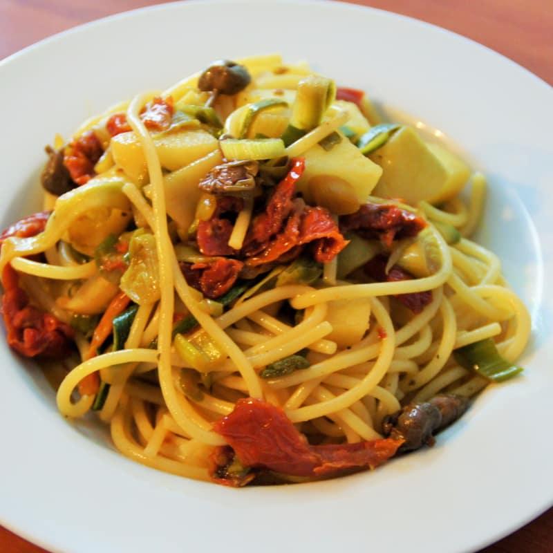 Espagueti con los tomates secados, calabacín y patatas